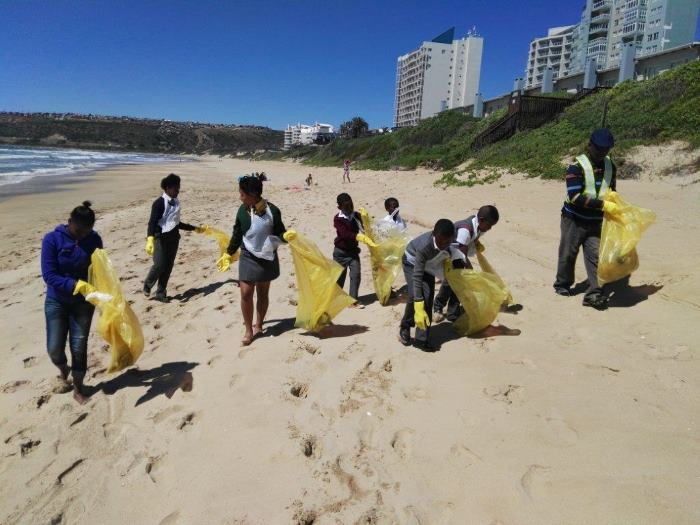 Mossel Bay school learners were among 60 volunteers who participated in a coastal clean-up campaign to tackle pollution at Diaz Beach, Santos, Little Brak River, De Bakke and Hartenbos Beach around Mossel Bay on Saturday, 28 October. Picture: TNPA, appearing in Africa PORTS & SHIPS maritime news