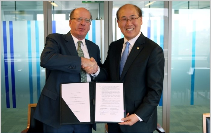 The EBRD/IMO MoU was signed by IMO secretary-general Kitack Lim (right) and EBRD first vice-president Phil Bennett. Picture: courtesy IMO, featured in Africa PORTS & SHIPS maritime news