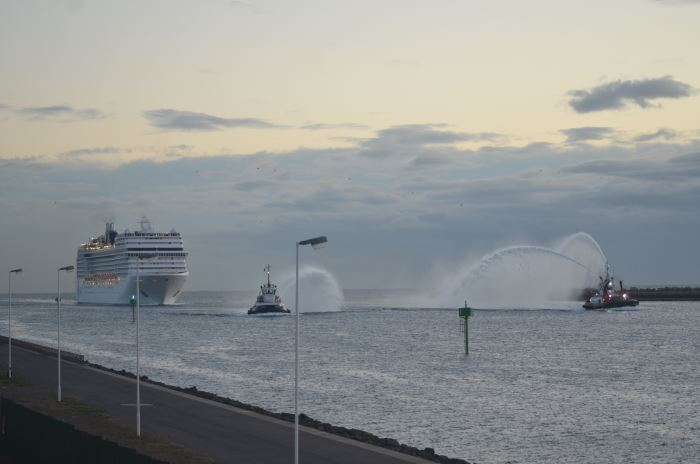MSC Musica arriving Durban Pictures taken shortly before sunrise by Clinton Wyness (05h40) and featured in Africa PORTS & SHIPS maritime news