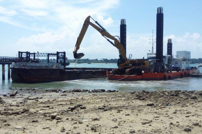 Backhoe dredger Hippopotes at work at Port of Mombasa