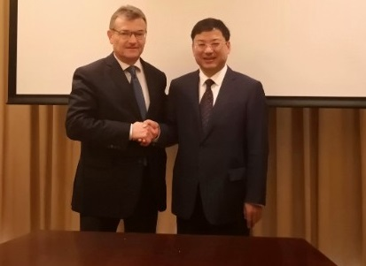Retiring IAPH Secretary-General Santiagp Garcia-Milà (left) with Ni Chenggang of the Ningbo Zhoushan Port Group in 2018, featured in Africa PORTS & SHIPS