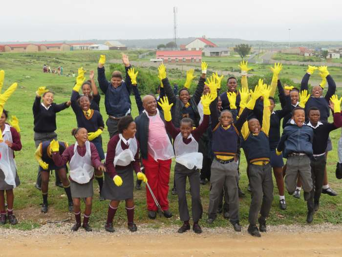 Mossel Bay Port Manager Shadrach Tshikalange (centre) at the Earth Day Clean-up campaign on 26 April 2019 in KwaNonqaba alongside grade 7 learners from selected TNPA adopted schools, featured in Africa PORTS & SHIPS maritime news online