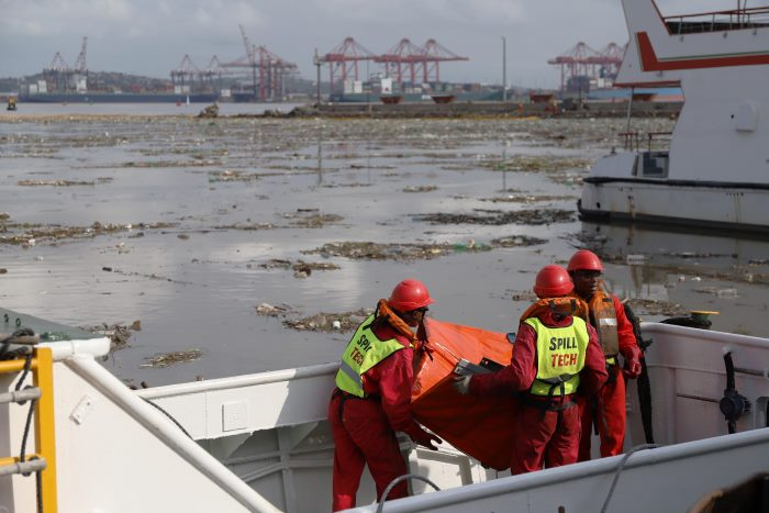 clean-up operations underway on Durban Bay, featured in Africa PORTS & SHIPS maritime news online