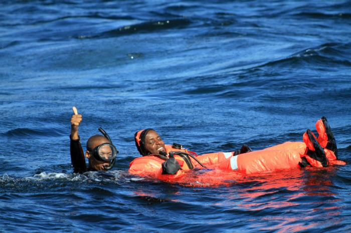 SA Navy Diver Able Seaman Lindokuhle Ngidi signals everything is okay, while a relieved Petty Officer Eric Luvhengo agrees. Pictures courtesy SA Navy and featured in Africa PORTS & SHIPS maritime news online