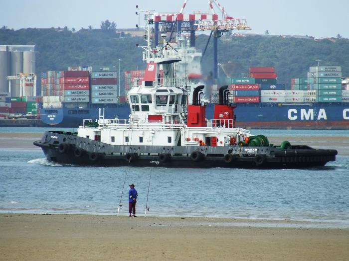 Durban tug Inyalazi in operation. Picture: Terry Hutson, featured in Africa PORTS & SHIPS maritime news online