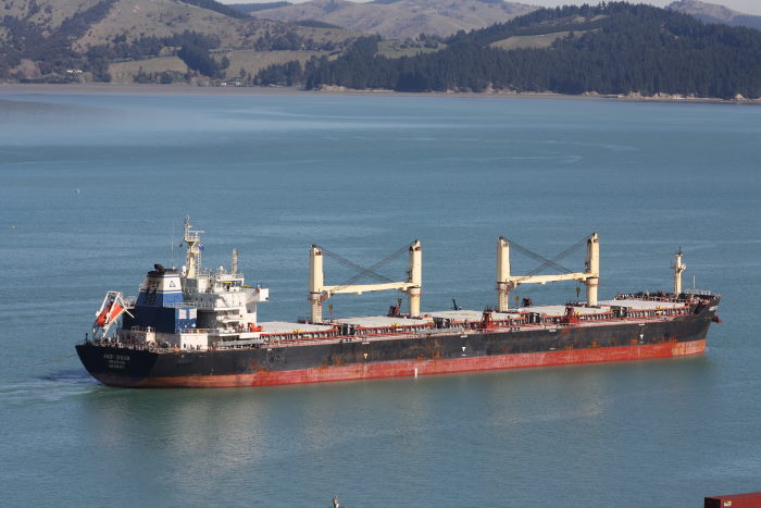 Amoy Dream arriving at Lyttelton. Pictures by Alan Calvert, featured in Africa PORTS & SHIPS maritime news