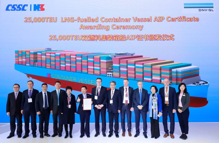 Knut Ørbeck-Nilssen (7th from left), CEO DNV GL – Maritime, presented the certificate to Chen Jun, President of Hudong-Zhonghua (6th from left), at the CSSC booth in Shanghai. The witnesses included Chen Jianliang, Hudong-Zhonghua Chairman (8th from left), and Norbert Kray, DNV GL – Maritime Regional Manager for Greater China (9th from left), alongside executive members from both companies, featured in Africa PORTS & SHIPS maritime news