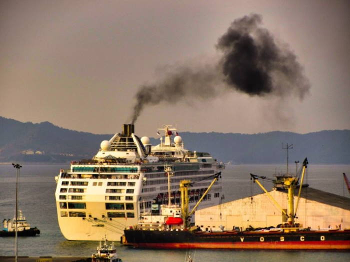 ship emissions polluting the atmosphere, featur in Africa PORTS & SHIPS maritime news