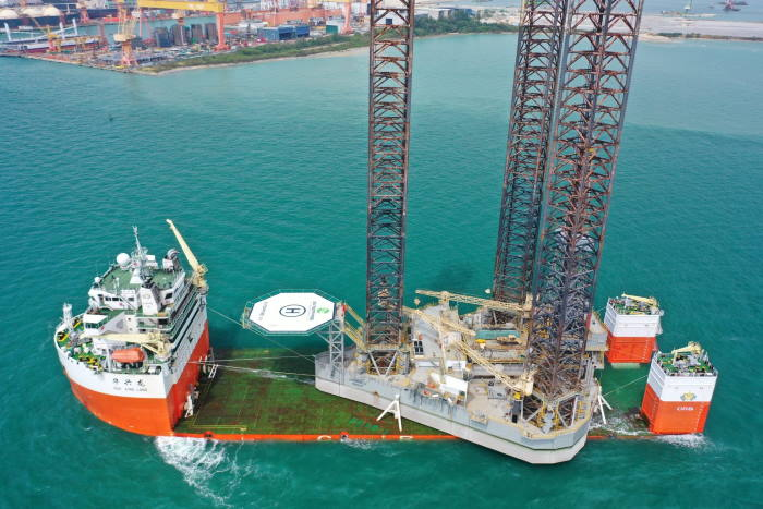 Hua Xing Long with jack-up rig loaded, featured in Afreica PORTS & SHIPS maritime news