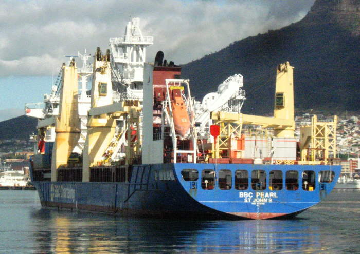 BBC Pearl manoeuvring to her berth at L berth. Picture by 'Dockrat', featured in Africa PORTS & SHIPS maritime news